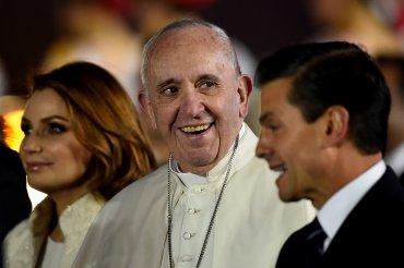 El papa Francisco se mostró de buen humor y sin signos de cansancio a su arribo a México.