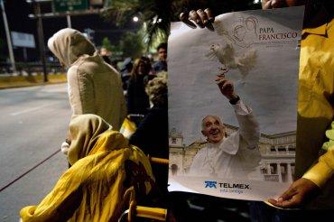 Miles de personas al grito deFrancisco, hermano, ya eres mexicano, y esta es la juventud del Papa recibieron al Sumo Pontífice.