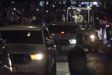 La caravana que traslada a Francisco recorre las calles de Ciudad de México.