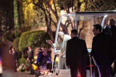 Tras abandonar el aeropuerto, el Sumo Pontífice se subió al papamóvil en el que recorrió 19 kilómetros hasta llegar a la Nunciatura, lugar en el que se alojará el Papa durante su estadía en territorio mexicano.