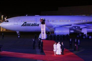 El Papa fue recibido por el presidente de México, Enrique Peña Nieta, en la alfombra roja desplegada en el aeropuerto de la capital.