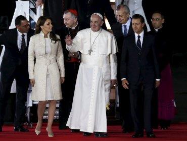 La primera dama de México, Angélica Rivera, el Papa Francisco y el presidente mexicano, Enrique Peña Nieto.