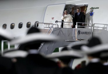 El Papa Francisco desciende en la ciudad de México del avión que lo trasladó desde La Habana, Cuba.