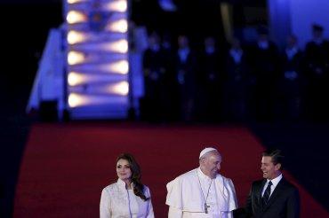 Miles de personas recibieron a Francisco en el aeropuerto al grito de Francisco, hermano, ya eres mexicano, y esta es la juventud del Papa.