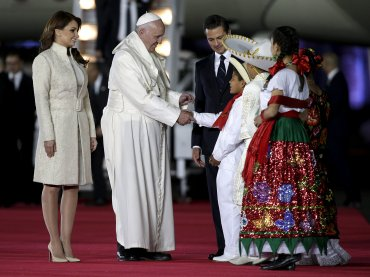 Luego de la bienvenida de los mariachis, Francisco se acercó a un grupo de niños y niñas ataviado con ropa tradicional para saludarlos y bendecirlos.