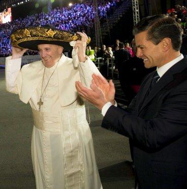 El papa Francisco se prueba un típico gorro mexicano. A su lado, el presidente Enrique Peña Nieto.