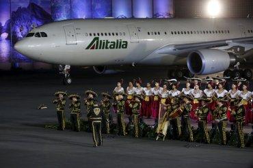 Apenas descendió del avión de AlItalia, unabanda de mariachis tocó la típica música local.