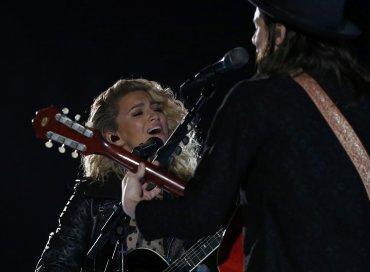 Tori Kelly y James Bey cantaron Hollow