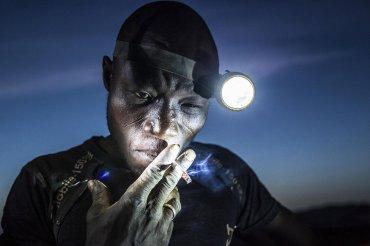 Segundo premio de la categoría Gente, Matjaz Krivic. Los mineros en Bani se enfrentan a duras condiciones y la exposición a productos químicos tóxicos y metales pesados