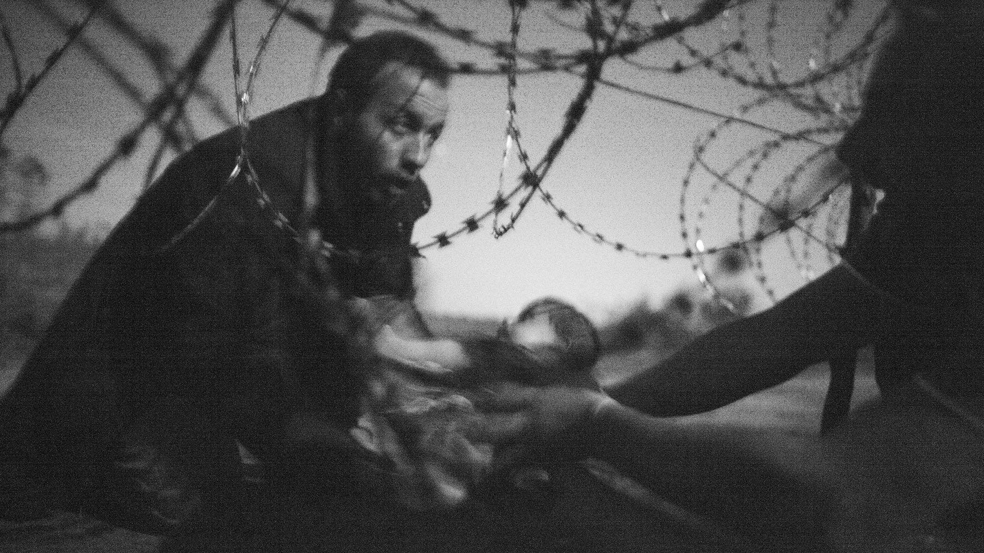 Fotografía ganadora del primer premio. Warren Richardson restrató a este hombre tratando de cruzar la frontera entre Hungría y Serbia con un bebé en brazos