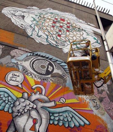 A veces se trata tan solo de que la mirada femenina ocupe espacios que le suelen ser negados. Dina Saadi, por ejemplo,ilustró un corazón alado con una cerradura, el símbolo de la mujer y el lema Desencadena tu pasión. (Graffitis de los hermanos artistas Mohamed y Ali Jaled –arriba– y de Dina Saadi –abajo)