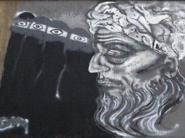 No se trata sólo de representar mujeres. El mero hecho de que los hombres vean a una mujer pintando en la calle subida a una grúa a 50 metros del suelo envía un mensaje, asegura Gröndahl. (Graffiti de Chanel Arif en el encuentro de El Cairo de 2015)