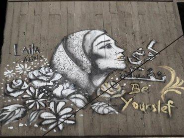 La periodista y fotógrafa sueca Mia Gröndahl documentó los graffitis para su libro Revolution Graffiti: Street Art of the New Egypt y descubrió que de 17.000, sólo en unos 250 aparecían representadas mujeres. Fue entonces cuando decidió fundar Sit al hita, con la egipcio-canadiense Angie Balata. (Grafiti de Laila Ayawi en el encuentro en El Cairo de 2015. El texto en árabe e inglés reza: Sé tu misma)