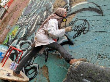 Según un artículo de El País, el grupohasta ahora ha decorado muros en El Cairo, Copenhague y Amán –la última vez, el pasado noviembre–, gracias a la financiación de los gobiernos sueco y danés. (Laila Ayawi, refugiada en el campo jordano de Irbid, en el encuentro de Jordania de 2014)