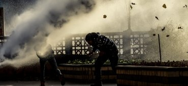 DICIEMBRE - La policía turca utiliza carros hidrantes para dispersar una manifestación kurda contra el régimen de Erdogan en la ciudad de Diyanbakir