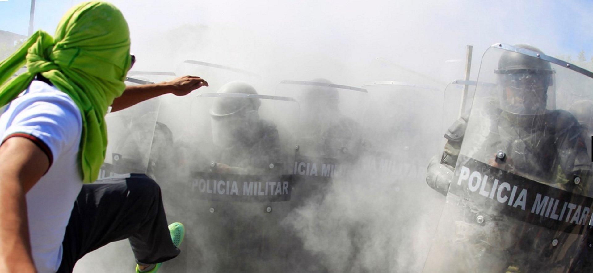ENERO - Autoridades mexicanas intervienen ante los manifestantes durante una marcha por la desaparición de los 43 estudiantes de Ayotzinapa