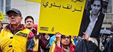 ENERO - El activista bloguero Raif Badawi recibe los primeros 50 latigazos de los 1000 a los que fue sentenciado. Las autoridades sauditas lo condenaron a 10 años de prisión por insultar al islam
