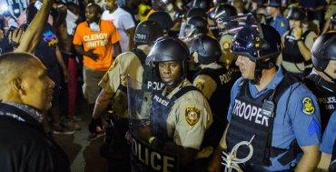 AGOSTO - Missouri declaró estado de emergencia durante las protestas por el aniversario del asesinato de Michael Brown a manos de un oficial de policía