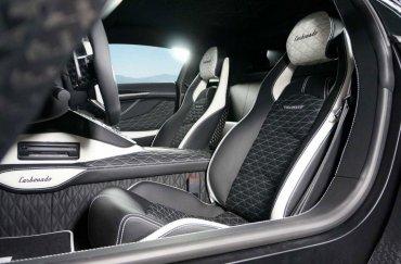 El diseño interior del Carbonado de James Stunt varía levemente. Tiene impresas sus iniciales, producto del diseño realizado en exclusivo por Mansory