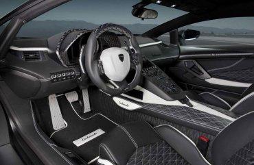 En el original de Lamborghini, el conductor está previsto a la izquierda. En el modelo encargado y entregado a James Stunt está a la derecha, para transitar por las calles de Inglaterra