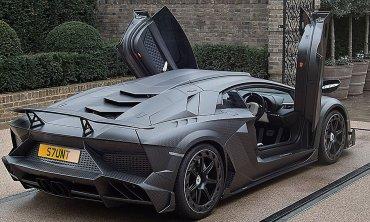 Las puertas del Lamborghini Aventador Carbonado desplegadas. En el Reino Unido bromean y dicen que es el vehículo más parecido a un Batimóvil de la actualidad