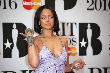 Además de maquillaje, Rihanna también lució escote