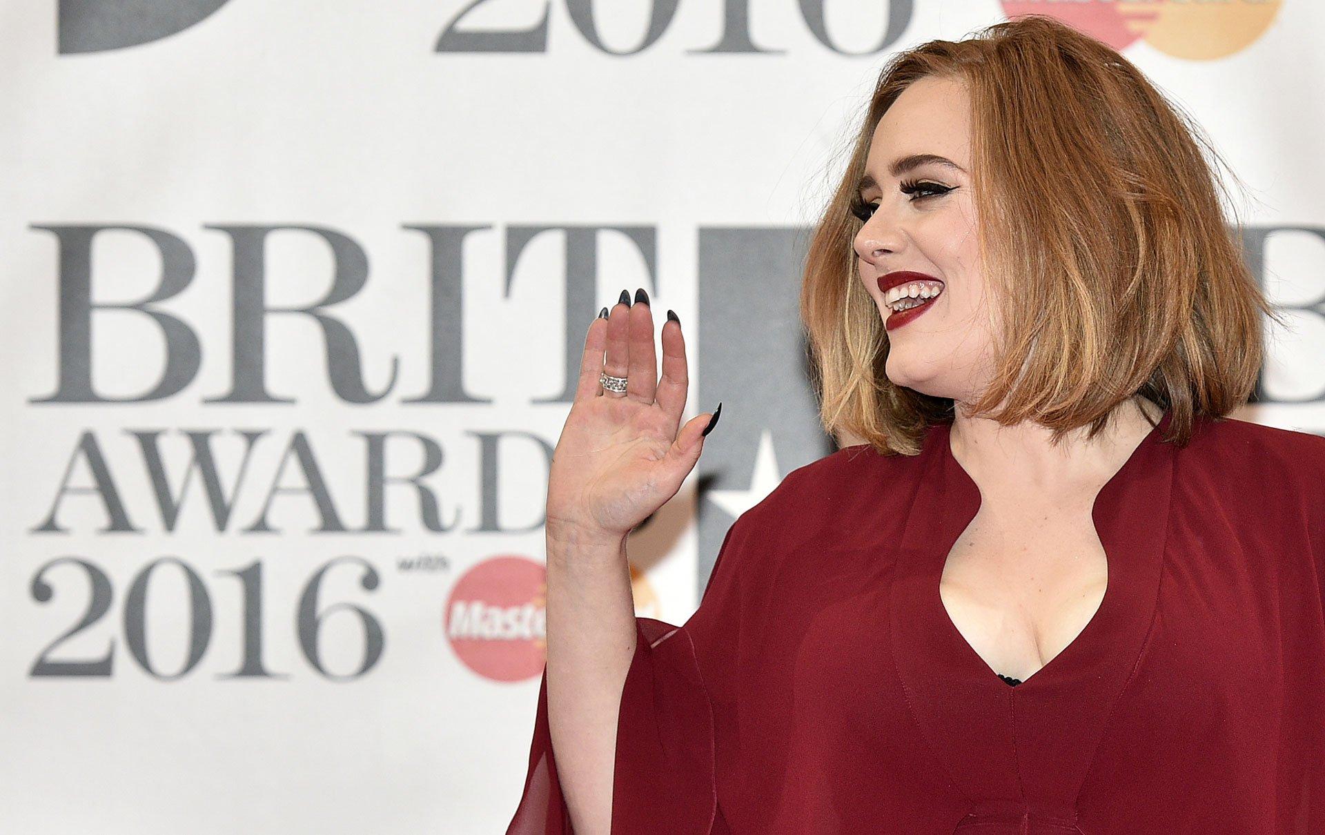Adele, una de las más criticadas de la noche, usó un vestido demasiado holgado. Así y todo se fue contenta a casa, Hello ganó como el mejor single del año