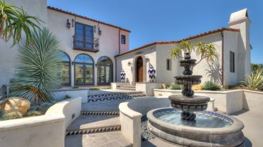 Fue diseñada con materiales de influencia española, que incluyen puertas talladas y azulejos realizados en México