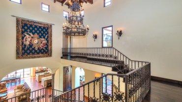 La majestuosa entrada con una escalera de hierro forjado