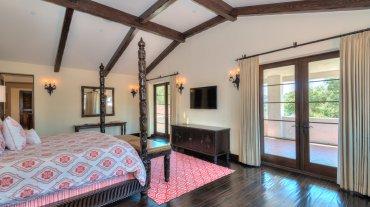 La habitación principal tiene una sala de estar y una gran terraza privada con chimenea