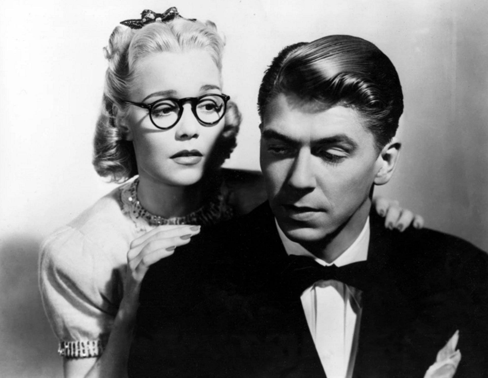 Antes de Ronald y Nancy existieron Ronald y Jane. Reagan se casó con su primera esposa, Jane Wyman, en 1940. La actriz tenía una exitosa carrera, con un Oscar ganado por su rol como sordomuda en Johnny Belinda. Se separaron en 1949. Reagan fue el primer presidente divorciado de la historia de los EEUU