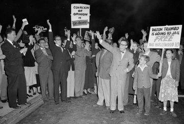 La primera cita de Ronald y Nancy se dio en medio de la fiebre anticomunista de los años 40 y 50 en los EEUU, cuando actores y guionistas de Hollywood fueron a prisión por sus creencias políticas. En la imagen, una manifestación a favor de uno de los detenidos, el escritor Dalton Trumbo