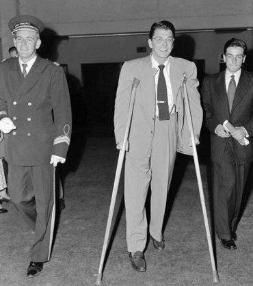 Ronald Reagan sale lesionado tras un partido de béisbol de caridad al que había concurrido para impresionar a Nancy, con quien empezaba a salir