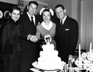 La ceremonia de casamiento fue discreta, el 4 de marzo de 1952, en la iglesia Little Brown de Los Ángeles. En la foto, cortan el pastel rodeados de la actriz Brenda Marshall y su esposo, William Holden