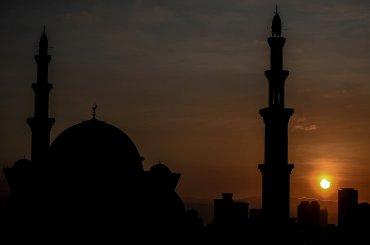 Vista general del eclipse de sol detrás de la mezquita de Willayah en Kuala Lumpur, Malasia.