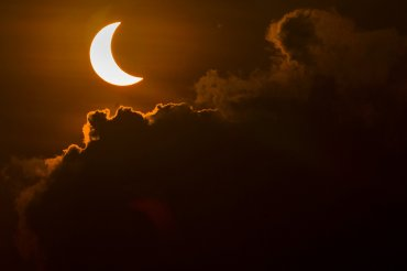 El eclipse visto desde Banda Acech, ciudad al norte de Sumatra, en Indonesia. El fenómeno mereció oraciones y ritos tribales de la población musulmana de la isla.