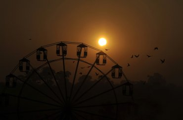 El eclipse solar a través de una noria en Katmandú, capital de Nepal