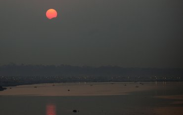 El eclipse de sol sobre Sangam, confluencia de los ríos Ganges, Yamuna y Saraswati, en Allahabad, India.