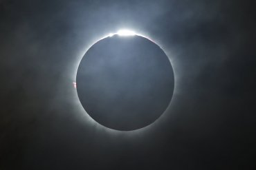 Fotografía del eclipse total de sol tomada en la isla de Ternate, Indonesia.