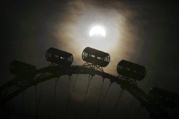 El eclipse de sol visto tras el primer plano de la Singapore Flyer, que con 165 metros es la noria más alta del mundo. SIngapur no registraba un eclipse solar desde 20109 y deberá esperar hasta 2019 para ver el próximo.