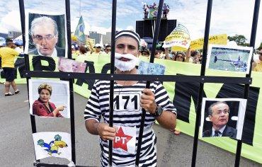 Los manifestantes aportaron su cuota de creatividad con decenas de pancartas