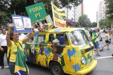 Manifestantes con pancartas se reúnen en la Plaza de la Libertad hoy, domingo 13 de marzo de 2016, para pedir la destitución de la presidenta brasileña Dilma Rousseff en Belo Horizonte, Minas Gerais (Brasil).