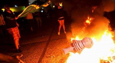 Miles de personas se congregaron espontáneamente frente a la sede de la Presidencia en Brasilia, para fustigar a Rousseff y expresar su apoyo al juez federal Sergio Moro, a cargo de la investigación sobre el ex presidente