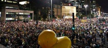 Unos tres millones de personas reclamaron el domingo pasado en todo el país la dimisión de Rousseff, en manifestación de una magnitud histórica