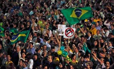 La difusión de la conversación también provocó el repudio de diputados opositores, que piden la renuncia de Rousseff, confrontada a un juicio de destitución en el Congreso por presunto maquillaje de las cuentas públicas