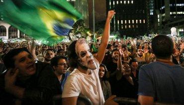 En la conversación grabada por la policía judicial, Rousseff le anuncia a Lula que se aprestaba a enviarle el decreto de su nombramiento como jefe de gabinete, para que pueda usarlo en caso de necesidad