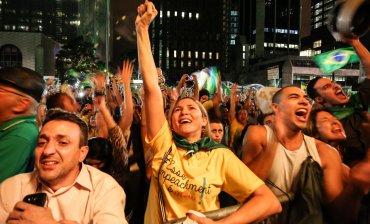 ¡Es una locura Dilma! Revierte esa decisión, salva al pueblo brasileño, gritaban manifestantes