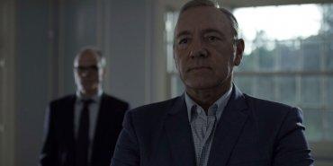 Luego de una de sus crisis Underwood convence a Claire para que lo acompañe en las primarias norteamericanas.