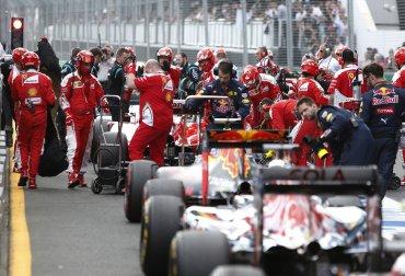 La carrera tuvo que suspenderse mientras retiraban los restos del coche de Fernando Alonso