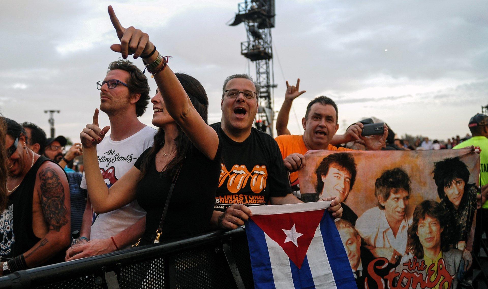 Muchos cubanos llevaron la bandera de su país y remeras de los Rolling Stones